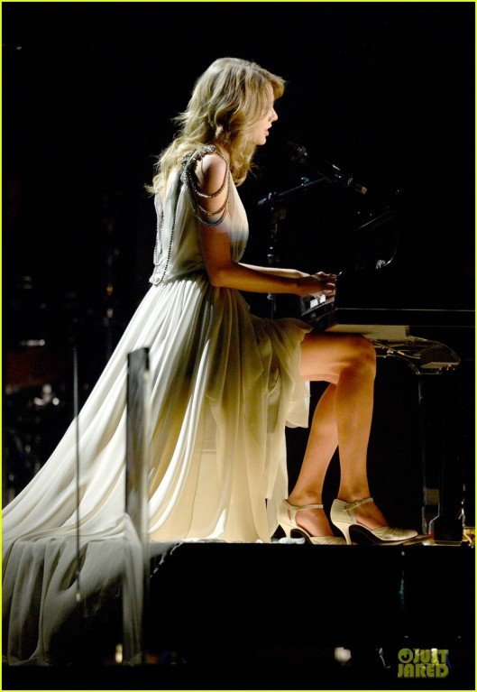 taylor-swift-performs-all-too-well-at-grammys-2014-video-05