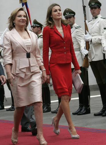 194672-spain-princess-letizia-wears-red-on-official-visit-to-chilejpg