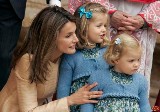 princess-letizia-ortiz-princess-leonor-princess-sofia-2009-4-12-9-21-6